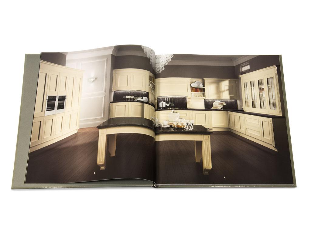Cartonato accoppiato quadricromia + 5° colore pantone + vernice acrilicada gruppo spalmatore 70% lucida 30% opacasu patinata satin gr. 170